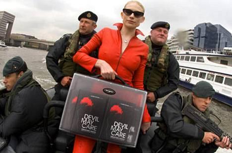 Shipster kiisi juhliin Thamesia pitkin Britannian puolustusvoiman pikaveneellä pyssymiesten vartioimana.