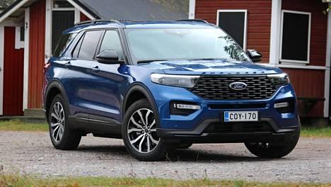 Ford Explorer PHEV on monikäyttöinen auto: sillä kuljettaa suurperhettä lähes yhtä kätevästi tiheässä kaupunkiviidakossa kuin avarammilla maaseuturetkillä. Jousitus on viritetty jämäkäksi. Säädettävällä alustalla varustettuja Explorereita ei Suomeen tuoda.