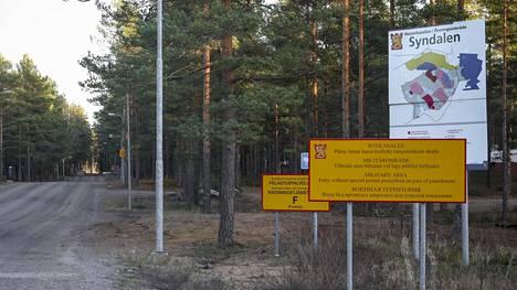 Syndalenin ampuma-alue sijaitsee hyvin lähellä Boris Rotenberin omistamaa Tvärminnen kiinteistöä. Puolustusvoimien mukaan ampuma-alueelta tuleva raskaiden aseiden melu häiritsee alueen asukkaita eikä melulle altistuvien määrää tule lisätä uudella asuinrakentamisella.