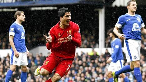 Luis Suarez osui kahdesti Evertonin verkkoon. Vain toinen osumista hyväksyttiin.