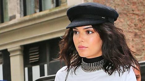 Kendall Jenner kuvattiin New Yorkin muotiviikoilla kipparihatussa.