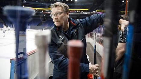 """Leijonien päävalmentaja Jukka Jalonen hermostui kuumasta NHL-kysymyksestä – """"Sä jaksat jauhaa tosta hommasta koko ajan"""""""