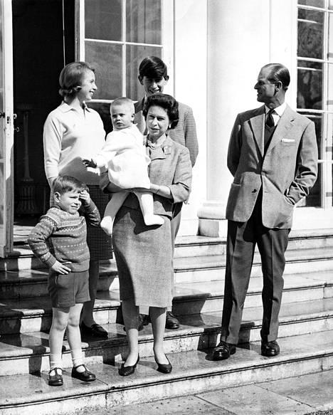 Kuvassa kuningatar Elisabet ja prinssi Philip lapsineen vuonna 1965. Ylempänä portailla esikoispoika Charles ja toinen lapsi Anne, alhaalla pikku Andrew ja kuningattaren sylissä perheen kuopus, prinssi Edward.