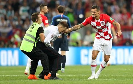 Kroatian Dejan Lovren oli raivoissaan ottalun keskeyttäneille aktivisteille.