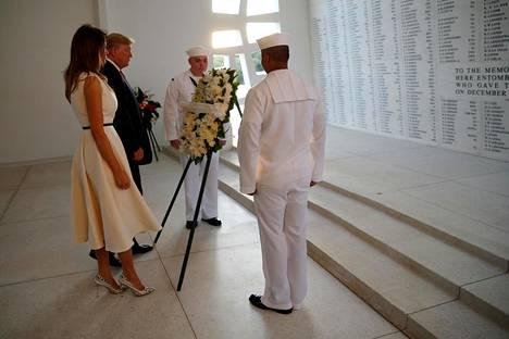 Trump ja hänen Melania-puolisonsa vierailivat USS Arizona Memorialilla Honolulussa marraskuussa 2017.