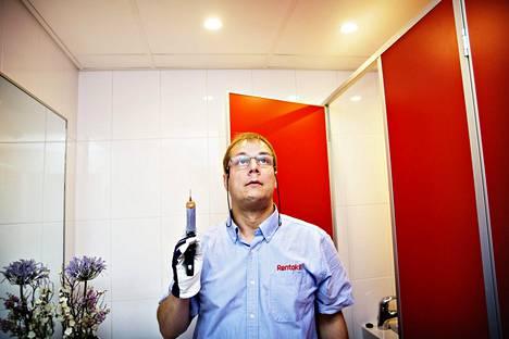 Tuholaistorjuntayritys Rentokilin tekninen päällikkö Jouni Siltala kurkkaa usein majoituspaikkansa sängyn alle.