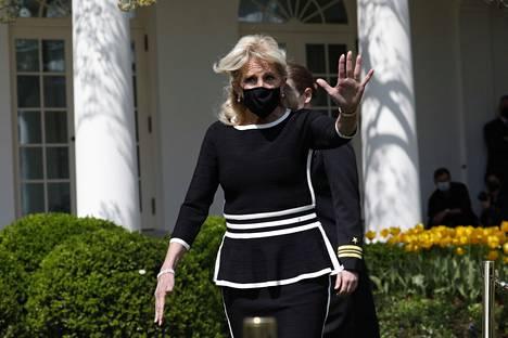 Biden on nähty edustamassa asiallisissa jakkupuvuissa, bleisereissä ja mekoissa.