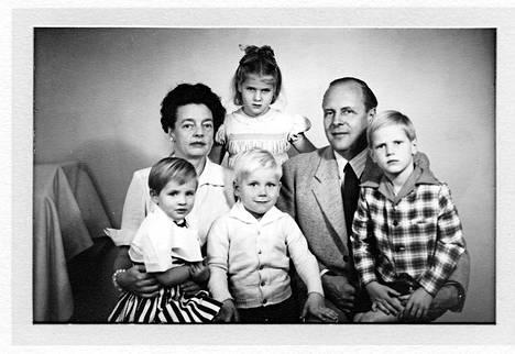 Leonora ja Yrjö Paloheimo adoptiolastensa Evan, Ninan, Georgen ja Ericin kanssa 1950-luvulla.