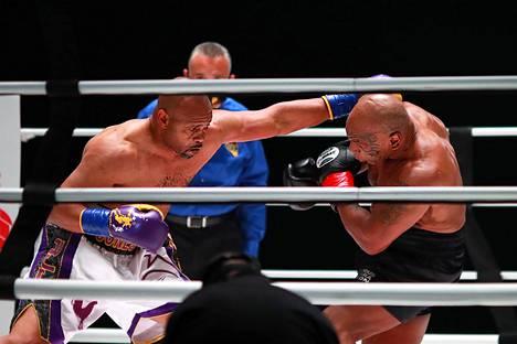 Myös Jones Jr. (vas.) väläytteli nopeuttaan, vaikka vaikuttikin ottelun aikana ja sen jälkeen Tysonia väsyneemmältä.
