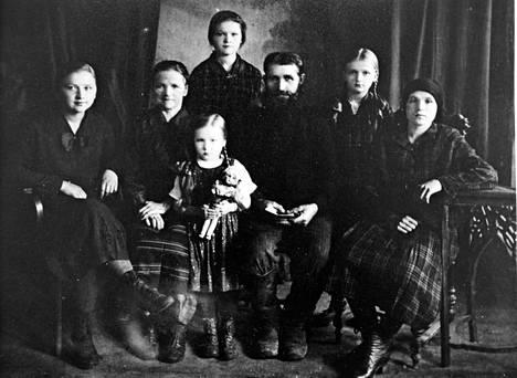 Jääskeläisten perhe Jeniseiskissä vuonna 1931. Perheen pojat oli viety edeltä kultakaivosalueelle.