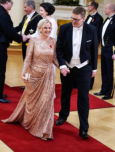 Suomalaissuunnittelija Katri Niskasen puvut kuuluivat Linnan suosikkeihin. Tässä sellaista kantaa Kaija Stormbom.