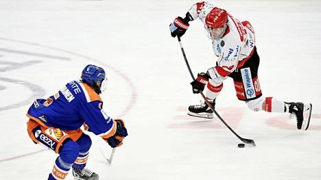 Roope Talaja (oik.) iski Sportin voittomaalin Tapparaa vastaan tiistai-illan ottelussa Tampereella.