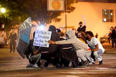 Poliisi ampui pippurikaasua mielenosoittajien sekaan Louisvillessa.