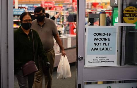"""Kalifornialaisen apteekin ovessa luki marraskuun lopussa """"koronavirusrokotteita ei vielä saatavilla"""". Kohta on, sillä USA:n lääkeviranomaisten odotetaan antavan koronavirusrokotteelle myyntiluvan jo ensi viikolla."""