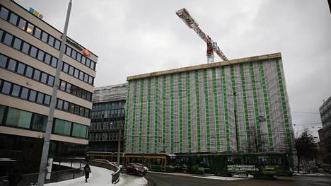 Koronatartunnoilta suojaaminen voi olla vaikeaa rakennustyömailla. Helsingin Hakaniemen työmaalla massatestattiin yli 300 henkeä joulun alla.