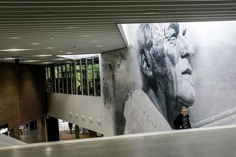 Kattoikkunat olivat tyypillisiä Alvar Aallolle, joka on saanut kuvansa kattoikkunan alle maalattuun seinämuraaliin A Bloc -kauppakeskuksessa.