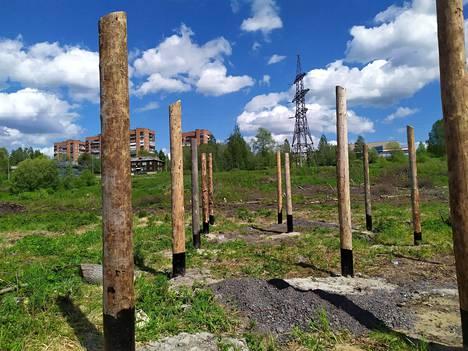 Karjalassa on ihmetelty, miksi suomalaisten keskitysleirien muistomuseo täytyy rakentaa elokuvalavasteiden pohjalle, kun tasavallassa olisi myös säilyneitä oikeita suomalaisleirien rakennuksia.