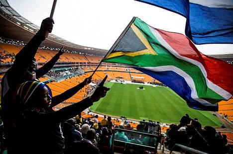 Ihmisi? kokoontui Nelson Mandelan muistotilaisuuteen First National Bank -stadionille Sowetossa.