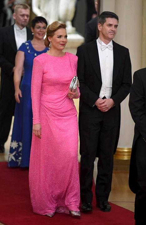Piia Pasanen pukeutui Linnaan tyrmäävän kauniiseen pinkkiin iltapukuun. Käsipuolessa MTV Uutisten vastaava päätoimittaja Tomi Einonen.