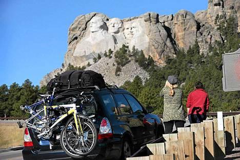 Mount Rushmoren kuuluisia veistoksia pitää ihailla vain kaukaa.