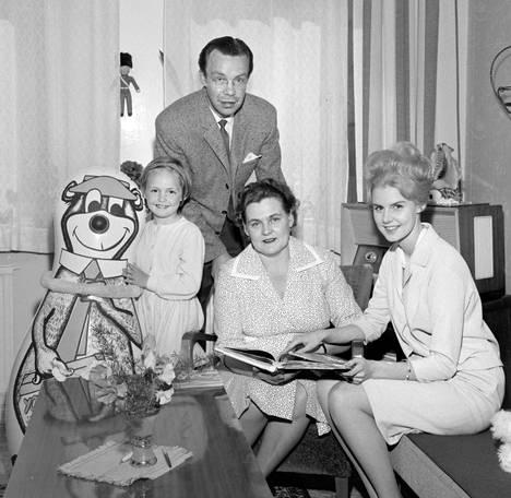 6-vuotias Maiju yhteiskuvassa Yrjö-isän, Aune-äidin ja Kaarina-siskon kanssa.