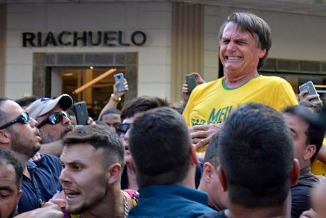Presidenttiehdokas Jair Bolsonaro tallentui kameraan hetki sen jälkeen, kun häntä oli puukotettu Juiz de Forassa järjestetyssä kampanjatilaisuudessa syyskuun alussa.