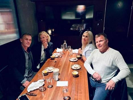 Mika Salo kävi Henna-rakkaansa kanssa syömässä yhdessä Robert Knepperin ja tämän Nadine-vaimon seurassa.