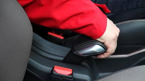 Käsijarru vaikuttaa mekaanisesti yleensä auton takapyöriin, joskin poikkeuksiakin on. Kuvan räikkäkahvatyyppiset käsijarrukahvat ovat jo väistymässä sähkötoimisten nappikäsijarrujen tieltä.