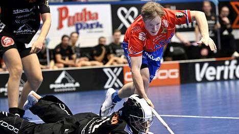 Krister Savonen (oik.) löi päänsä F-liigan ottelussa Espoossa.