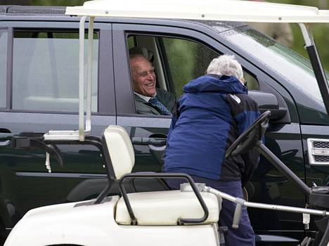 Herttua pysähtyi juttelemaan naiselle Land Roverinsa ikkunasta toukokuussa 2015.