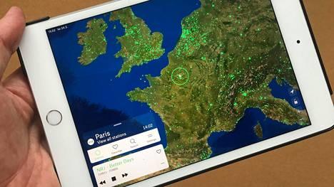 Radio Garden -sovelluksen käyttöliittymänä on satelliittikuva, jota voi loitontaa, lähentää ja liikuttaa.