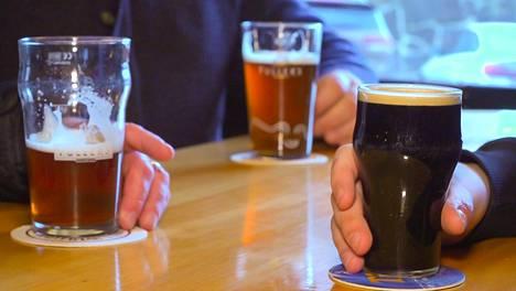 Jos kuluttaja on tyytyväinen alkoholijuomaan ja haluaa jakaa asian valmistajan sometilillä, hänen kannattaa tyytyä kehumaan yritystä.
