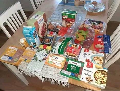 Vihdin Luksia-ammattikoululaisille jaettavasta kahden viikon ruokakassista löytyy monenlaisia valmisruokia, maitoa, juustoa sekä jauhelihaa.