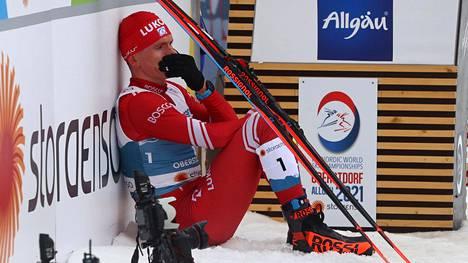 Venäjän Aleksandr Bolshunov suri Oberstdorfin 50 kilometrin kisan jälkeen viime sunnuntaina.