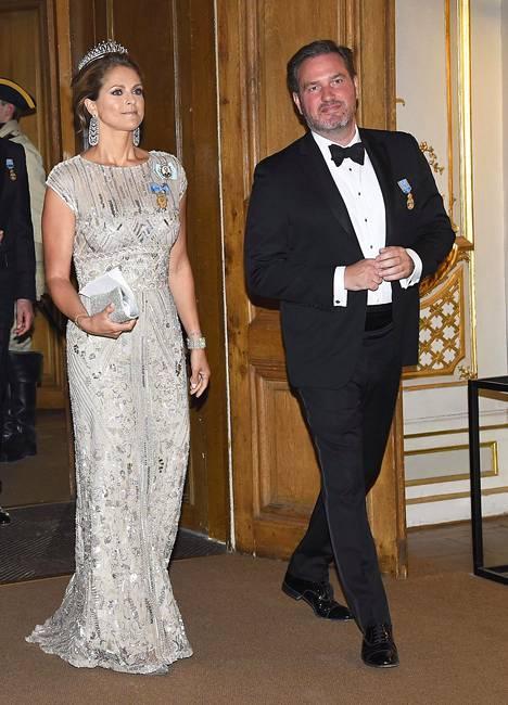 Miehensä Chris O'Neillin kanssa saapunut prinsessa Madeleine oli valinnut upeasti kirjaillun metallinhohtoisen puvun, joka on nähty hänen päällään aiemminkin, viimeksi hänen omia häitään edeltäneissä juhlissa.