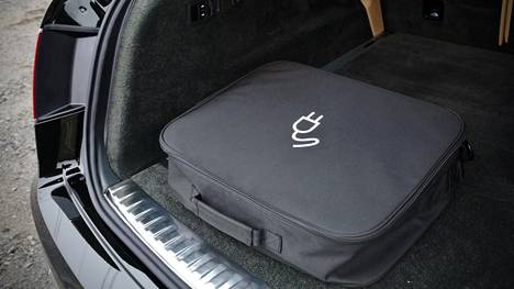 Auton latausjohto on pakattu siististi tukevaan kassiinsa.