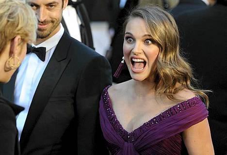 Näyttelijä Natalie Portmanin hauska reaktio tallentui kameroille, kun hän saapui Oscar-gaalaan Kodak Teatteriin  27. helmikuuta Hollywoodissa.