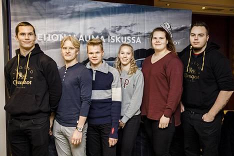 Peugeot-tiimiin kuuluvat yleisurheilijat Urho Kujanpää, Topias Laine, Eemil Helander, Jessica Kähärä, Helena Leveelahti ja Arttu Korkeasalo olivat kuuntelemassa Annimari Kortteen esitystä somesta.