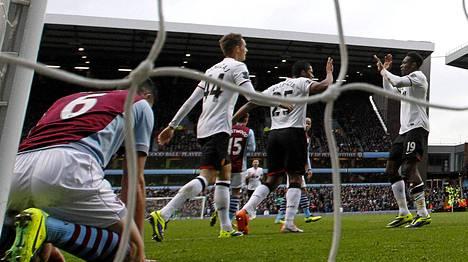 Joukkuekaverit riensivät onnittelemaan 1-0-maalin tehnyttä Danny Welbeckiä.