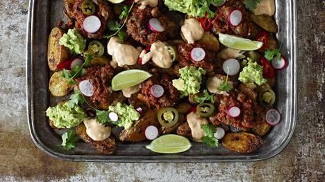 """Vegaaninen """"nachopelti"""" syntyy perunasta, härkäpavuista ja vuustokastikkeesta."""