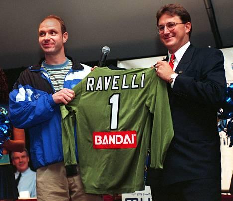 Thomas Ravelli pelasi urallaan maalivahtina Ruotsin lisäksi myös Yhdysvalloissa. Kuvassa hän esittelee uuden seuransa Tampa Bay Mutinyn pelipaitaa vuonna 1997.