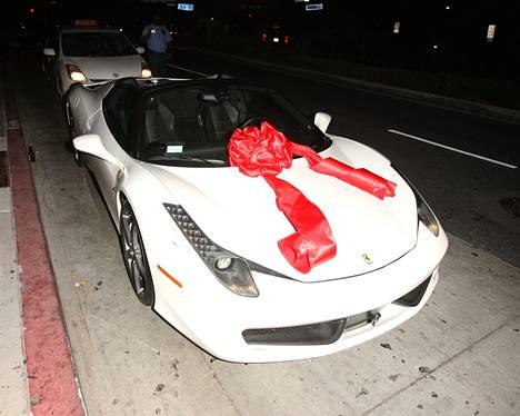 Kylieta on hemmoteltu useilla luksuslahjoilla. Aikaisemmin Kylie julkaisi kuvan saamastaan himoitusta Hermesin Birkin-laukusta, joka voi maksaa jopa useita kymmeniä tuhansia euroja, mutta Tygan 350 000 euron Ferrari jätti muut lahjat varjoonsa.