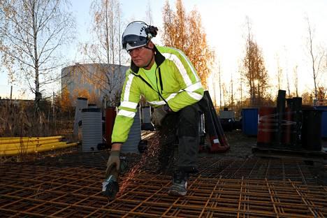 Janne Virtanen työn touhussa Hämeenlinnassa.