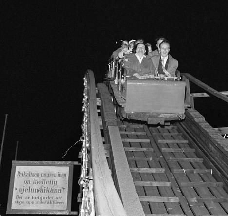 Vapunviettoa Linnanmäellä vappuna 1959. Vuoristoradalla ajelua.