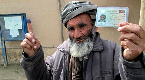 Minä äänestin. Afganistanissa vaaliuurnilla käyneet saavat etusormeensa mustemerkin.