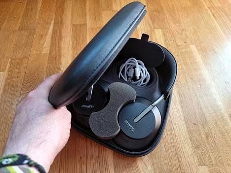 Kuulokkeiden mukana tulee latausjohto sekä jämäkkä suojakotelo.