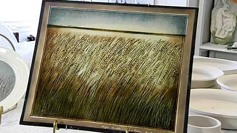 Heljä Liukko-Sundström suunnitteli viljapeltoa kuvaavan keramiikkalaatan Hankkijalle 1980-luvulla. Kuvassa Liukko-Sundstrom esittelee laatan kuosia kuvaotoksessa Ylen Ajankohtainen kakkonen -ohjelmasta.