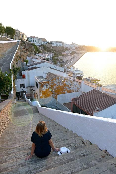 Pääkaupunki Maó, tai Mahón, jakaantuu ylä- ja alakaupunkiin. Meren tasalla levittyy monta kilometriä pitkä satamalahti.