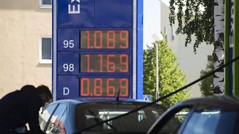 Tältä näytti oululaisen polttoaineaseman poikkeuksellisen edullista polttoainetta mainostanut hintataulu juhannuksen 2016 tienoilla. Valmisteverotasoja kyseisen päivämäärän jälkeen nostettu jo kerran.