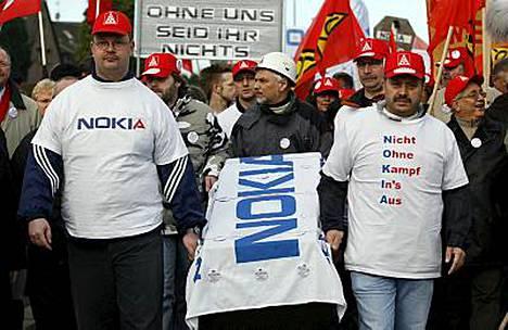 Saksan Bochumissa mielenosoittajat ovat liikkeellä hautajaisteemalla. Nokia on päättänyt sulkea Bochumin kännykkätehtaansa, joka työllistää 2 300 ihmistä.